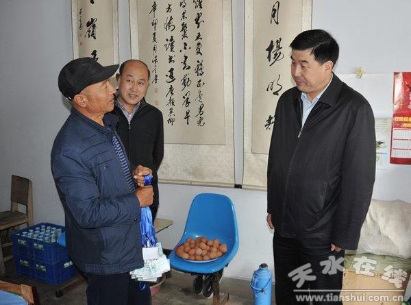 2014年9月30日清水县委书记刘天波慰问敬老院的老人 (3).jpg